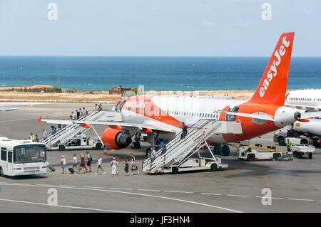 Passengers disembarking EasyJet Airbus A320 aircraft, Heraklion International Airport, Heraklion (Irakleio), Irakleio - Stock Photo
