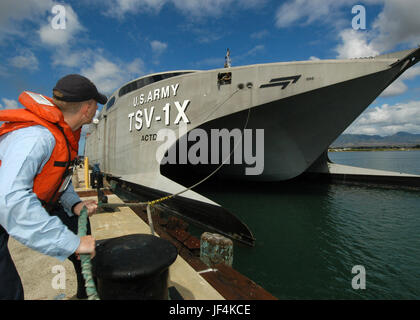 050811-N-3019M-002  Navy Petty Officer 3rd Class Erik Horner casts off a mooring line as the U.S. Army's Theater - Stock Photo