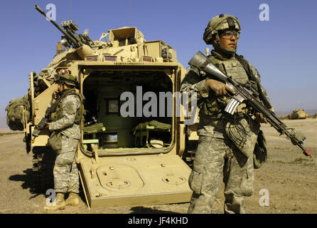 070125-F-3715H-140         U.S. Army soldiers from 2nd Battalion, 69th Armored Regiment participate in a cordon - Stock Photo