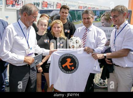 Krasnodar, Russia. 29th June, 2017. HANDOUT - German foreign minister Sigmar Gabriel (SPD, C) talks with participants - Stock Photo