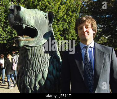 FILE - File picture dated 22 September 2012 showing Crown Prince of Hanover, Ernst August (R), standing next to the Bronce Lion at the Blankenburg Baroque Garden in Germany. The bronce lion remained in Blankenburg. On that same day the Crown Prince and Blankenburg Mayor Hanns-Michael Noll, signed a lease agreement. With said agreement a dispute regarding the symbol of Blankenburg was solved outside of court and the lion can remain in the garden of the Small Palace. Photo: Matthias Bein/dpa-Zentralbild/ZB