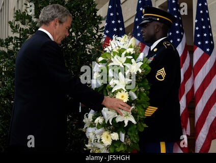 060911-F-0193C-003 President George W. Bush and Mrs. Bush lay a wreath at the crash site of Flight 77 during a ceremony - Stock Photo