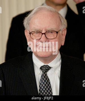 Warren Buffett talks to reporters at the White House after receiving the 2011 Medal of Freedom. Buffett was awarded - Stock Photo