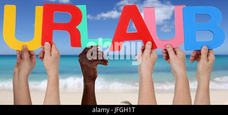 Hände halten das Wort Urlaub am Strand, Ferien und Meer - Stock Photo