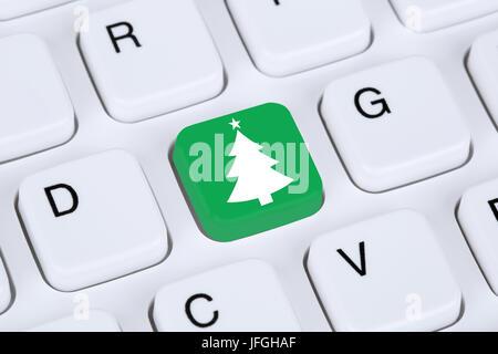 Weihnachten mit Weihnachtsbaum auf Internet Computer - Stock Photo