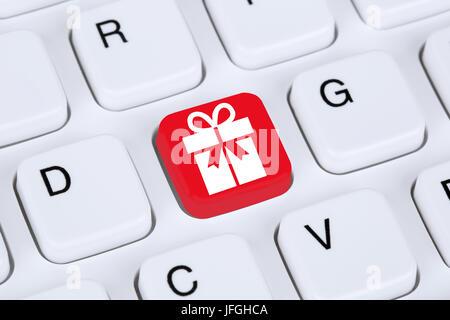 Geschenke online Shopping einkaufen bestellen im Internet - Stock Photo