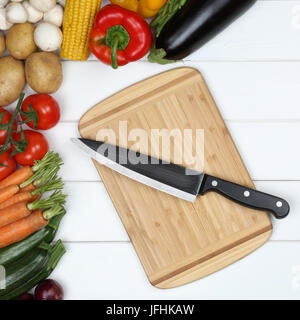 Vegetarisch kochen Essen zubereiten Brett mit Gemüse und Messer - Stock Photo