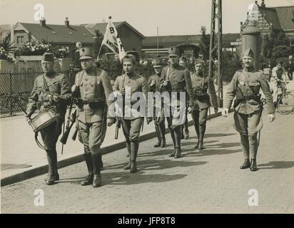 Aankomst van een detachement Nederlandse militairen uit Amsterdam aan het statio - F40351 - KNBLO - Stock Photo