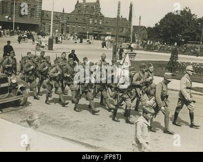 Aankomst van het detachement van het 13de regiment infanterie aan het station op - F40341 - KNBLO - Stock Photo