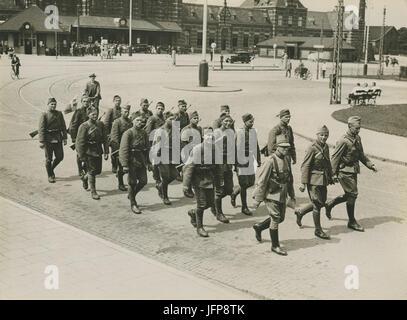 Aankomst van het detachement van het Regiment Wielrijders uit Den Bosch aan het - F40350 - KNBLO - Stock Photo
