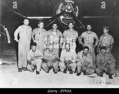 Major Charles W. Sweeney (standing left), Commanding Officer 393rd Bombardment Squadron and pilot of 'The Great - Stock Photo