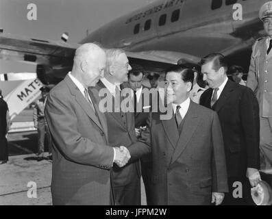 President Dwight D. Eisenhower and Secretary of State John Foster Dulles greet South Vietnam's president Ngo Dinh - Stock Photo
