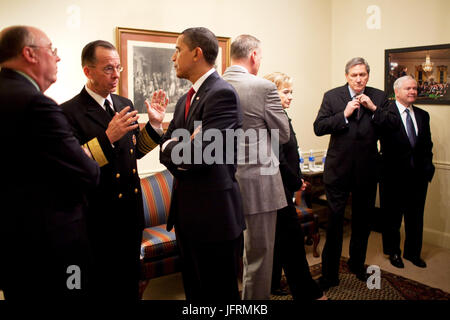 President Barack Obama talks with Admiral Michael Mullen, Chairman of the Joint Chiefs of Staff prior to a policy - Stock Photo