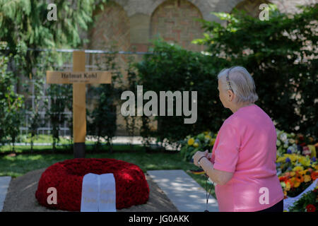 Speyer, Germany. 03rd July, 2017. People are constantly coming to the grave of Helmut Kohl, to pay their tribute - Stock Photo