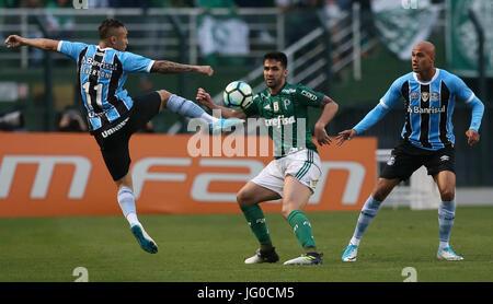 SÃO PAULO, SP - 01.07.2017: PALMEIRAS X GRÊMIO - Luan, from SE Palmeiras, plays the ball with Everton player, FC - Stock Photo