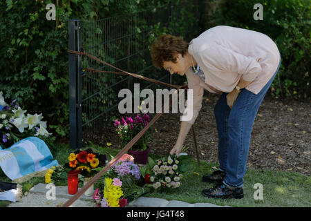 Speyer, Germany. 03rd July, 2017. A woman lays down flower at the grave of Helmut Kohl. People are coming to visit - Stock Photo
