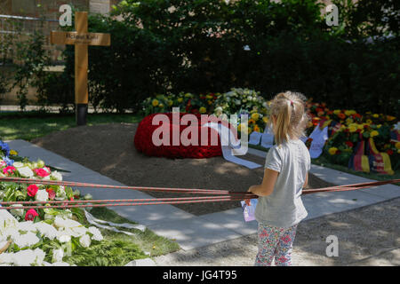 Speyer, Germany. 03rd July, 2017. A little girl stands at the grave of Helmut Kohl. People are coming to visit the - Stock Photo