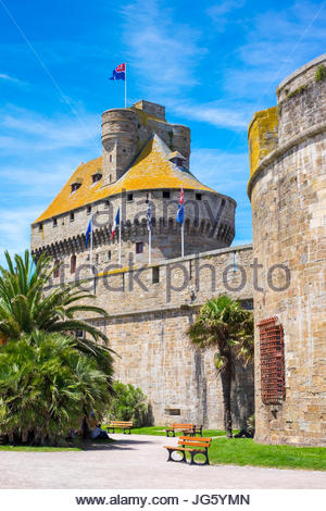 France, Brittany, Ille-et-Vilaine, Saint-Malo. Medieval fortified Chateau Saint-Malo castle. - Stock Photo