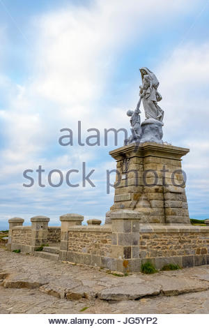 France, Brittany (Bretagne), Finistere department, Plogoff. Pointe du Raz. Statue of Notre-Dame-des-Naufragés. - Stock Photo