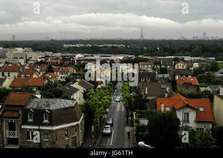 AJAXNETPHOTO. VAL D'OR, FRANCE. - VIEW OF PARIS CITY SKYLINE WITH THE EIFFEL TOWER VISIBLE FROM THE RAILWAY NEAR - Stock Photo