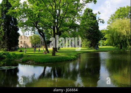 Haus Weitmar mit Kubus im Schlosspark, Wasserschloss, Kunstmuseum, Situation Kunst, Kunstsammlung der Ruhr-Universitaet - Stock Photo