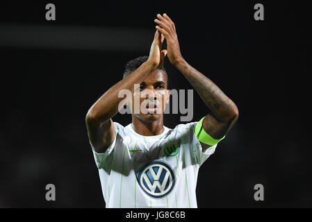 FILE - Wolfsburg's Luiz Gustavo applaudes after the DFB Cup first round match between FSV Frnakfurt and VfL Wolfsburg - Stock Photo