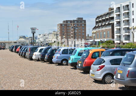Worthing, West Sussex, England, UK. Tuesday 4th July 2017. London cab drivers bring 200 WWII veterans from across - Stock Photo