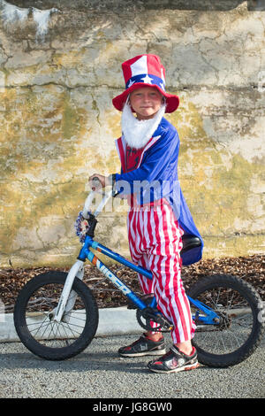 Sullivan's Island, South Carolina, USA. 4th July, 2017. A young boy dressed as Uncle Sam rides his bike during the - Stock Photo