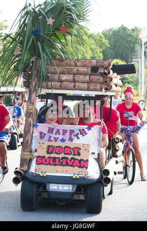 Sullivan's Island, South Carolina, USA. 4th July, 2017. A group dressed as pirates rides along in a golf cart decorated - Stock Photo