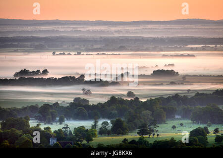 Firle, East Sussex. 5th July 2017: The sun rising over morning mist in rural East Sussex, on what promises to be - Stock Photo