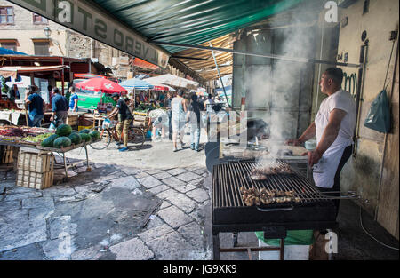 Street food vendor in The Ballaro Market in the Albergheria district of central Palermo, Sicily, Italy. - Stock Photo