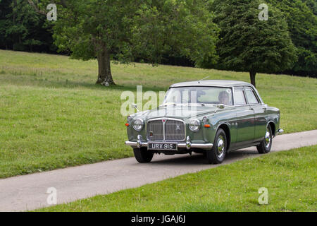 URV915 green Rover 3 Litre Classic, collectable restored vintage vehicles arriving for the Mark Woodward Event at - Stock Photo