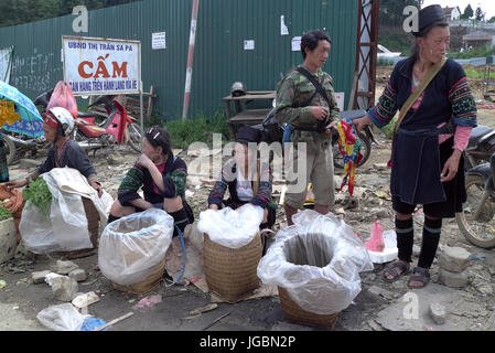 Black Hmong women selling their goods in Sa Pa Town. The Hmong are one of several ethnic minority groups in the - Stock Photo