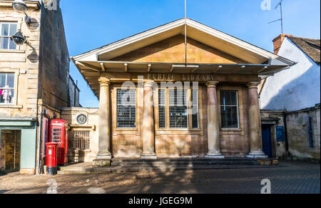 Historic sunlit public library in the town centre of Stamford, Lincolnshire, England, UK. - Stock Photo
