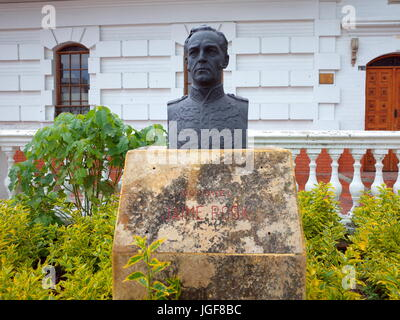 18TH JUNE 2017, PAIPA, COLOMBIA - A bronze bust of James Rooke, commander of the British Legion who helped Simon - Stock Photo