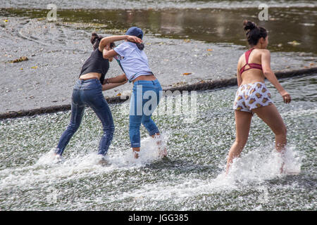 Cardiff, UK. 6th Jul, 2017. The River Taff provided a much needed place to cool of this afternoon as temperatures - Stock Photo