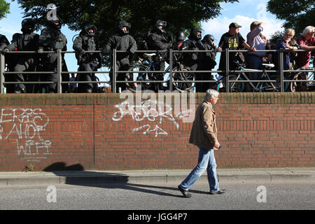 Hamburg, Germany. 6th July, 2017. A man walks down the street in Hamburg during the ''G20 Welcome to hell'' demonstrations - Stock Photo