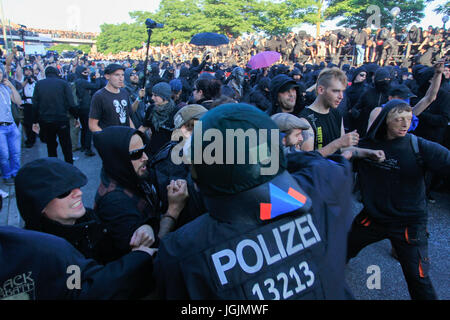 Hamburg, Germany. 6th Jul, 2017. Demonstrators are carrying out an act against the G20 meeting (meeting of the twenty - Stock Photo
