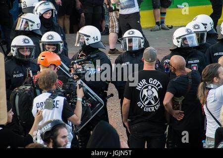 Hamburg, Germany. 6th Jul, 2017. Fishmarket/Hamburg - Germany July 6, 2017: Policemen with press and protesters. - Stock Photo