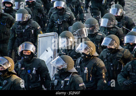Hamburg, Germany. 6th Jul, 2017. Fishmarket/Hamburg - Germany July 6, 2017: Policemen at the protest. Credit: Eva - Stock Photo