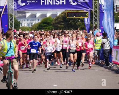 Portsmouth, UK, 9th Jul, 2017. Participants set off at the start of the Portsmouth Race For Life 2017. The Race - Stock Photo