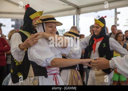 Tanzvorfuehrung, kanarische Maenner und Frauen in traditioneller Kleidung auf dem woechentlichen Sonntagsmarkt in - Stock Photo