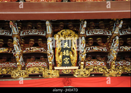 Detail of carvings at the entrance to the Singapore Yu Huang Gong, or Temple of the Heavenly Jade Emperor. Telok - Stock Photo