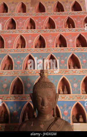 Buddha and pairs of small Buddha statues in the cloister or gallery surrounding the Sim. Part of a collection of - Stock Photo
