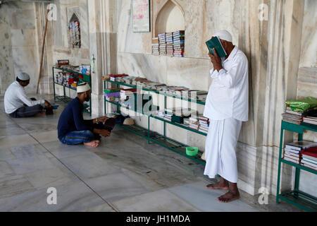 Ajmer Sharif dargah, Rajasthan. Shah Jahan mosque. Muslims reading the Koran. India. - Stock Photo