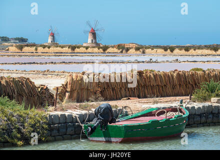 Saltpans and windmills in the Stagnone lagoon between Marsala and Trapani, on the west coast of Sicily, Italy. - Stock Photo