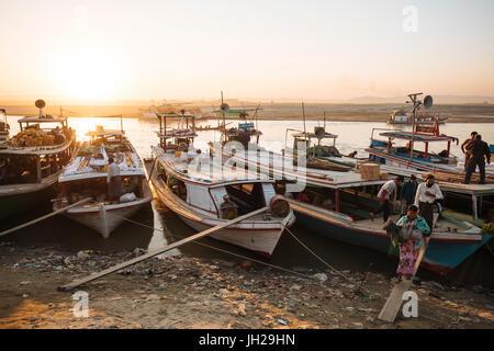 People unloading cargo from boats at Mayan Gyan Jetty, Ayeyarwady River, Mandalay, Mandalay Region, Myanmar (Burma), - Stock Photo