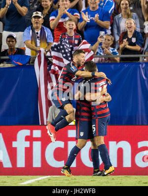Tampa, Florida, USA. 12th July, 2017. United States forward Jordan Morris (8) scores and celebrates with teammates - Stock Photo