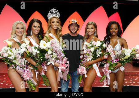 Las Vegas, NV, USA. 12th July, 2017. Rachel Swartz, Miss Hooters of Chantilly, VA (3rd Runner-Up), Amberly Hall, - Stock Photo