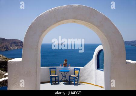 Idyllische Cocktailbar an einem Aussichtspunkt in der Balos Bay bei Akrotiri im Sueden von Santorin, Kykladen, Aegaeis, - Stock Photo